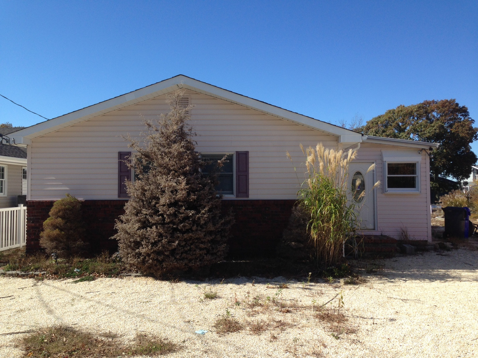 Residents want this home on Sandy Island Drive in Brick to be demolished. (Photo: Daniel Nee)