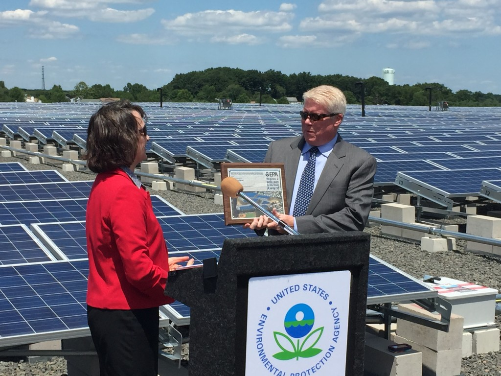 Mayor John Ducey receives an award from EPA Deputy Regional Administrator Catherine McCabe. (Photo: Daniel Nee)
