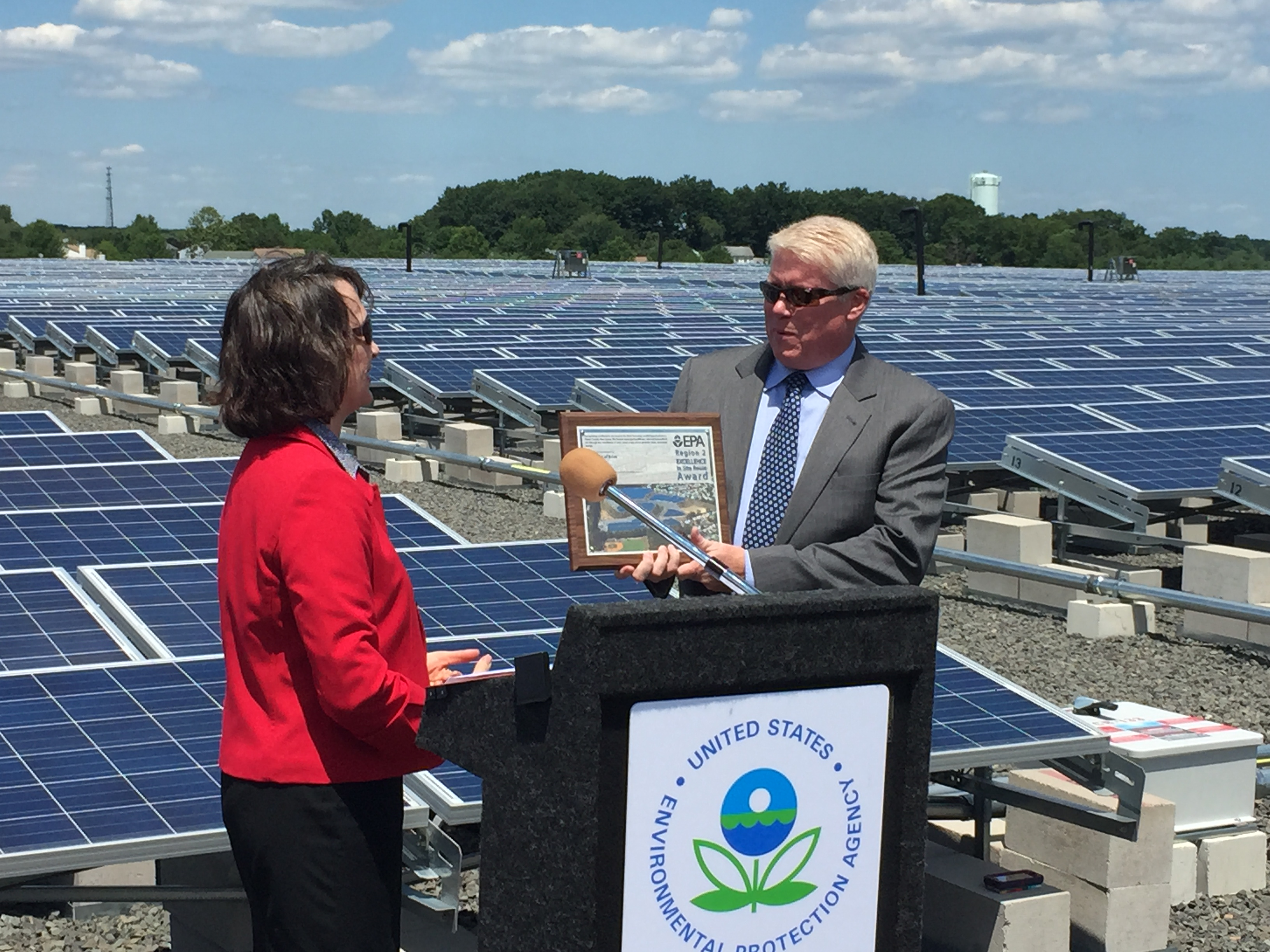 Mayor John Ducey receives an award from EPA Deputy Regional Administrator Catherine McCabe. (Photo: Daniel Nee)