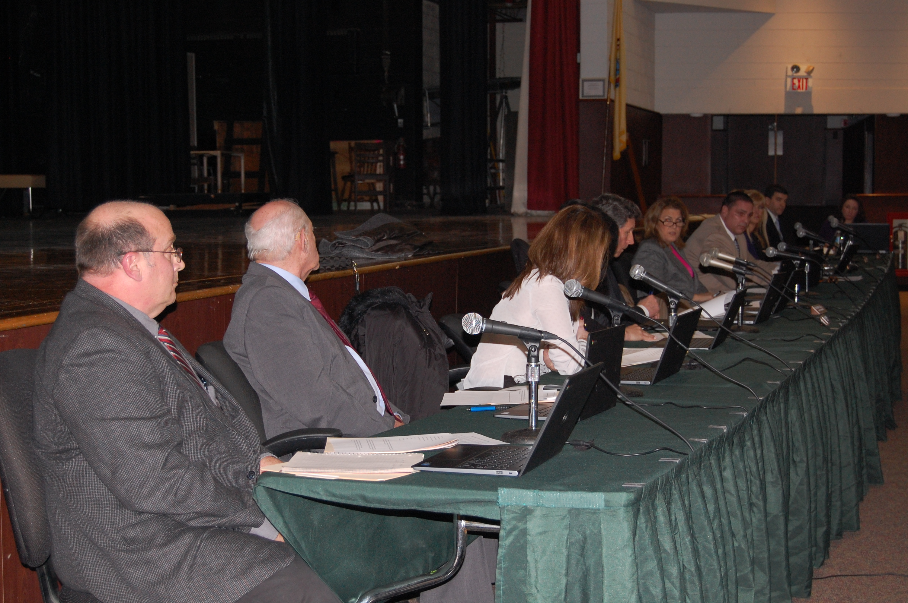 Board of Education members debate at the Jan. 7, 2016 meeting. (Photo: Daniel Nee)