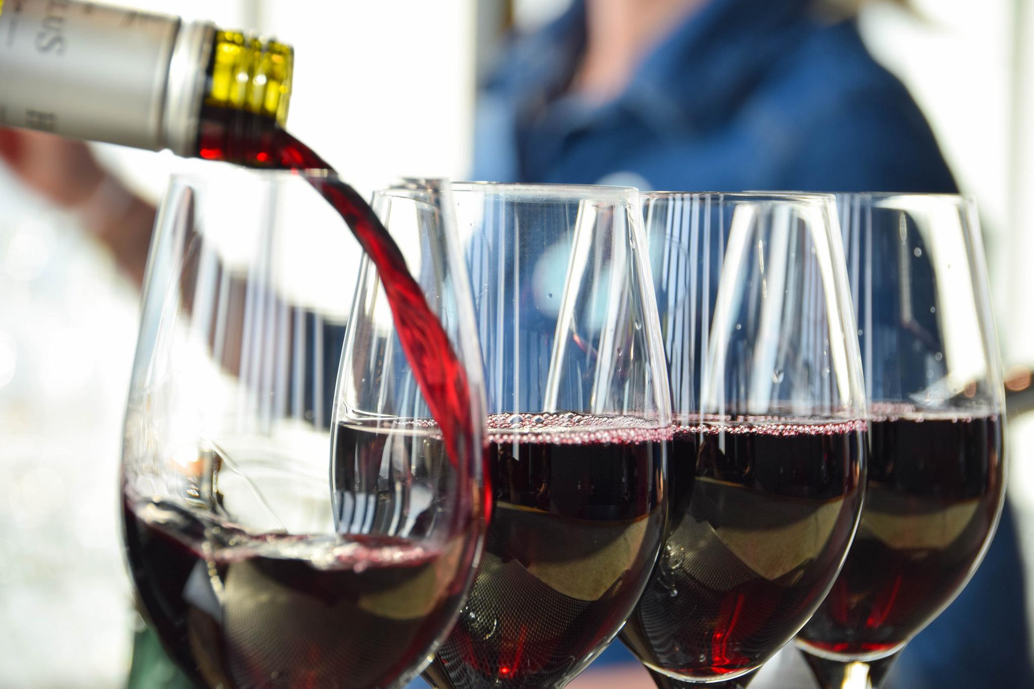 Wine being poured at a bar. (Credit: Maria Eklind/ Flickr)