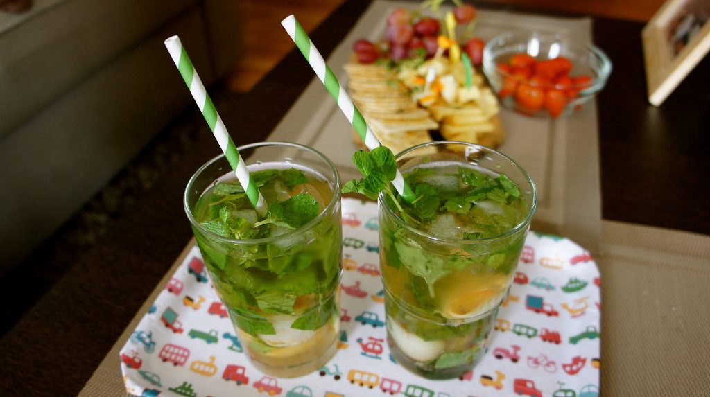 Drinks with paper straws. (Photo: Andrea Goh/ Flickr)