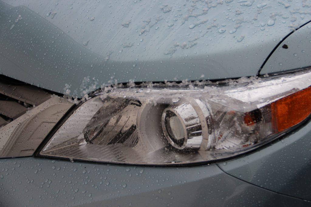Vehicle headlights in winter weather. (Credit: aaron_anderer/ Flickr)